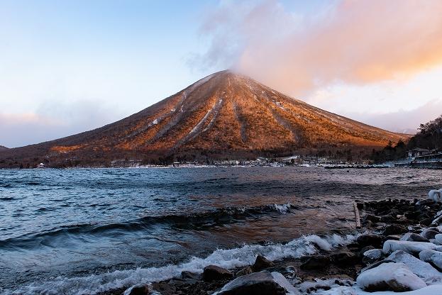 朝焼けに彩られる厳冬の男体山
