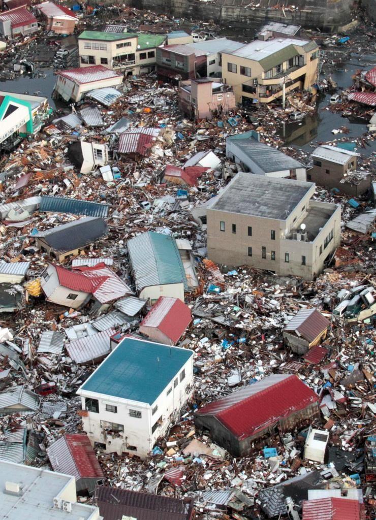 東日本大震災の津波で流された大量の家屋=平成23年3月12日、宮城県気仙沼市