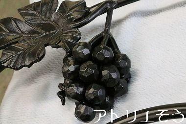 葡萄の面格子飾り  。ロートアイアン製開口部飾り