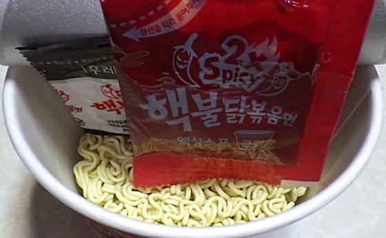 極辛ブルダック炒め麺 ビックカップ(内容物)