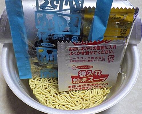 10/5発売 でっかい!わかめラーメン ごま・しょうゆ 麺もわかめもでっかく大盛り(内容物)