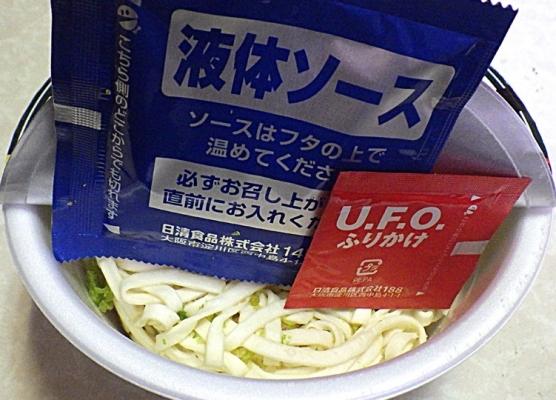5/10発売 汁なしどん兵衛 濃い濃い濃厚ソース焼うどん(内容物)