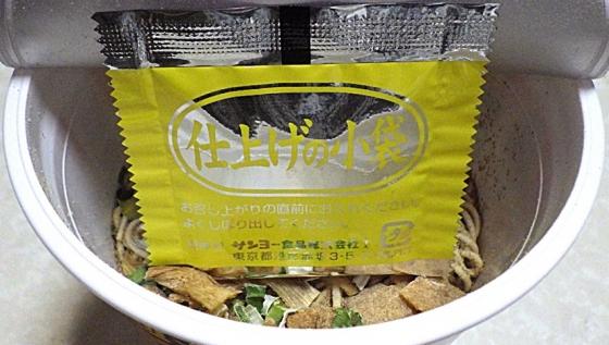 2/8発売 麺屋さくら井監修 地鶏醤油味らぁ麺(内容物)