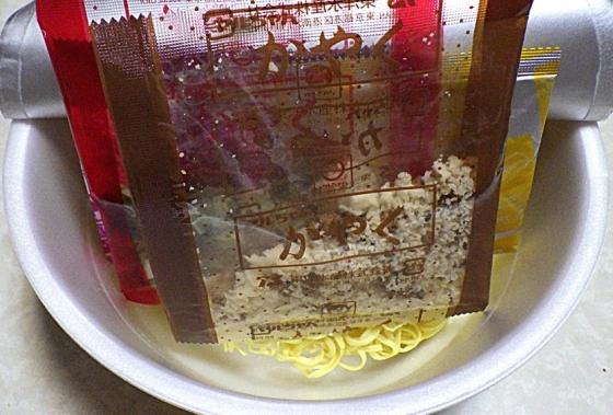 10/5発売 マルちゃん 正麺 カップ がっつり系ニンニク豚塩味(内容物)