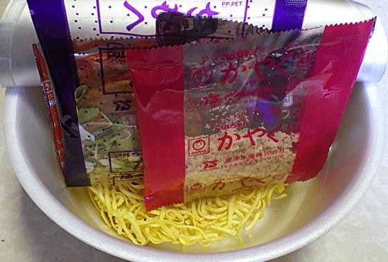 4/27発売 マルちゃん 正麺 カップ 濃ニボ(内容物)