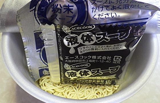 5/4発売 スーパーカップ1.5倍 ポークゼロ こってり濃厚とんこつ味ラーメン(内容物)