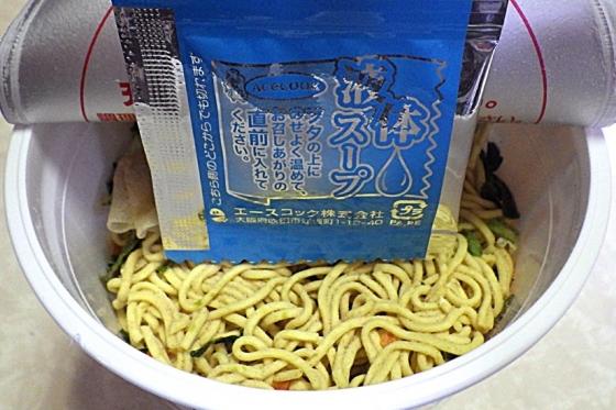 3/2発売 THE中華 揚げねぎの風味を利かせたワンタン麺(内容物)