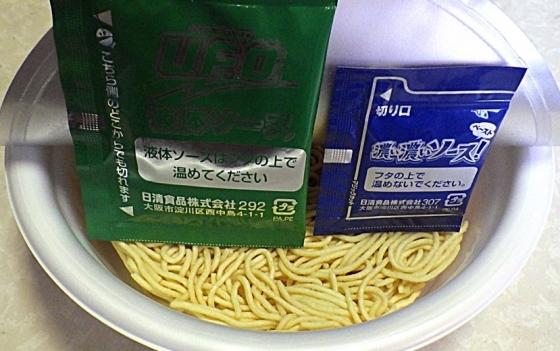 5/18発売 日清焼そば U.F.O. 濃い濃いソースペースト付き チーズ焼そば(内容物)
