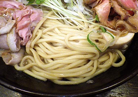 綿麺 17周年! 和風とんこつちゃーしゅー 大盛 燻製ハムトッピング(麺のアップ)
