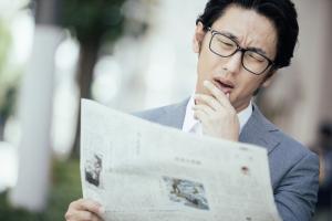 新聞を読む男
