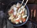 もつ煮野菜を煮る