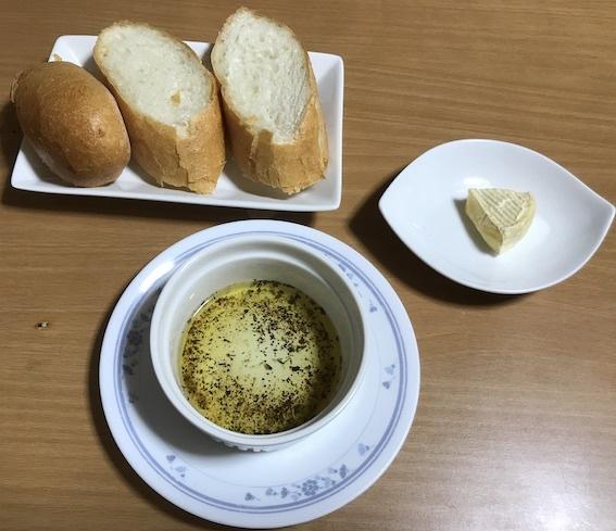 フランスパンとカマンベールチーズ