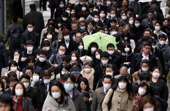 人混みでマスク