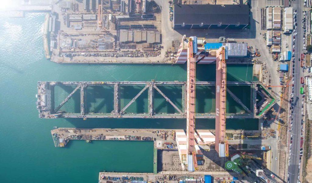 巨大養殖船を船で運搬-01