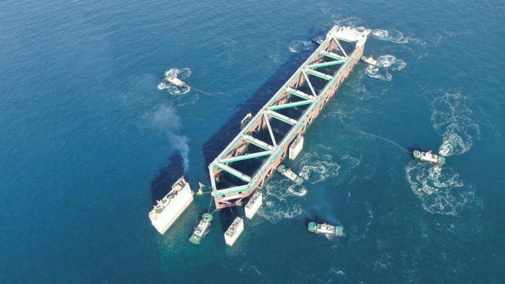 巨大養殖船を船で運搬-03