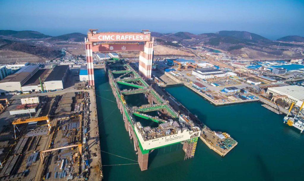 巨大養殖船を船で運搬-02