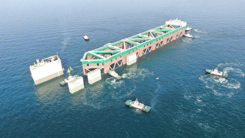 巨大養殖船を船で運搬-04