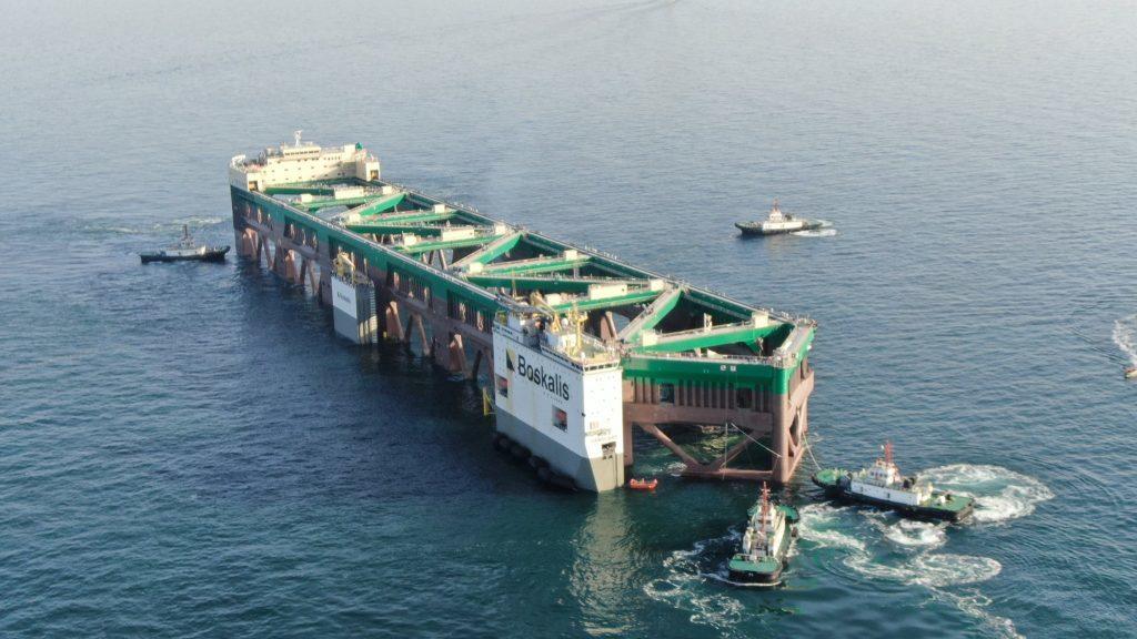 巨大養殖船を船で運搬-05
