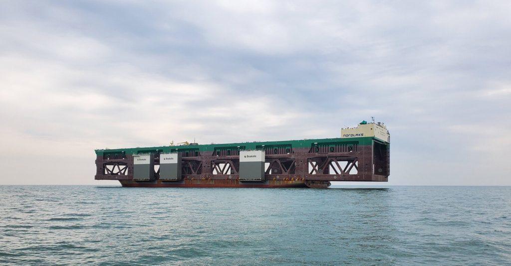 巨大養殖船を船で運搬-07