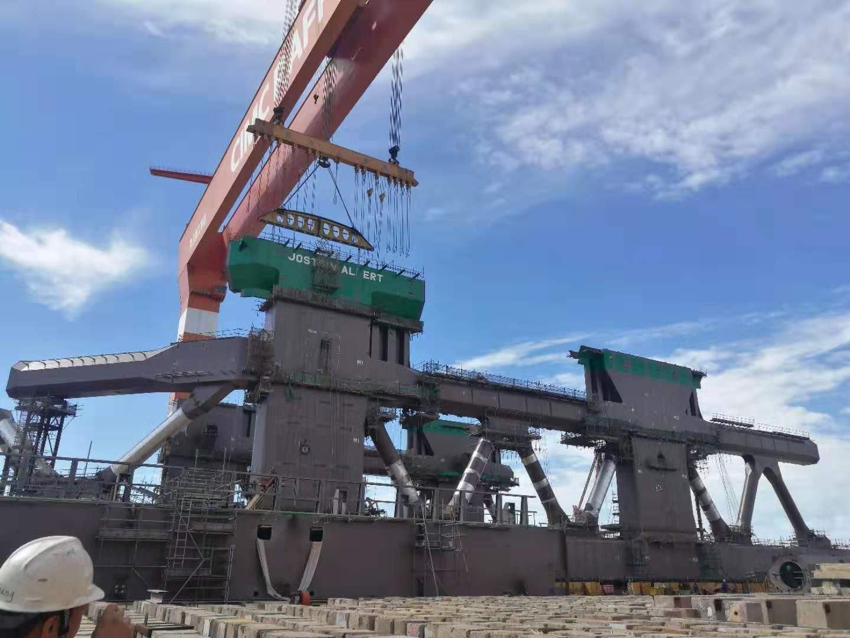 巨大養殖船を船で運搬-08