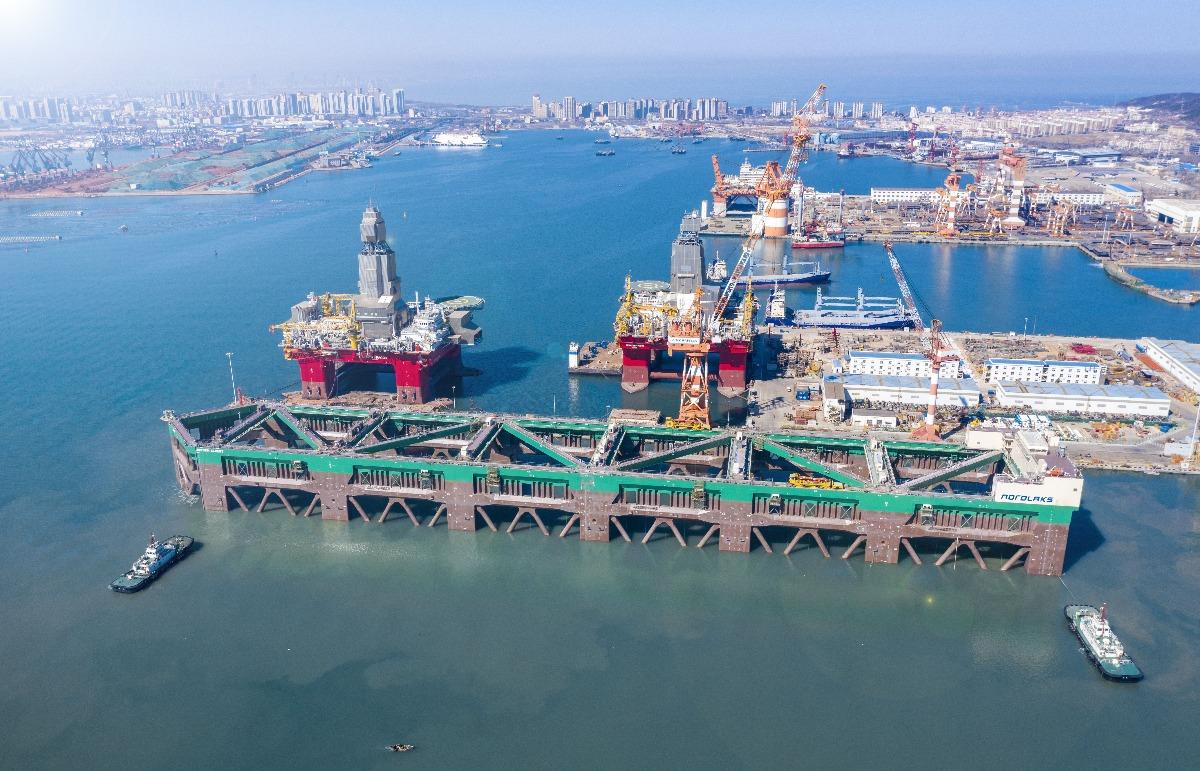 巨大養殖船を船で運搬-10