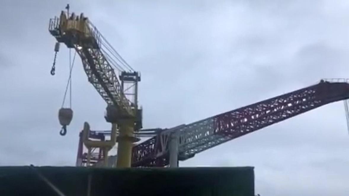 起重機船クレーン倒壊事故in中国-03