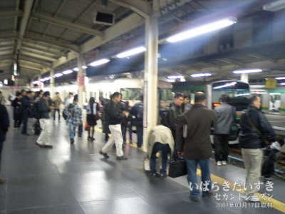 混雑する、JR上野駅9番線ホーム。