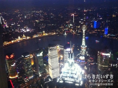 上海のシンボル「東方明珠塔」を見下ろす夜景。