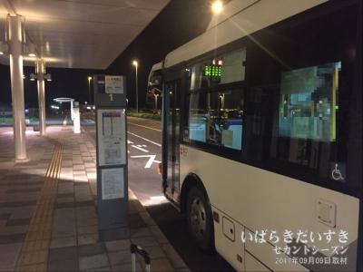 茨城空港から出発を待つ路線バス。