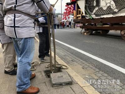転倒防止用に山車の左右3本、3本、ロープが張られます。