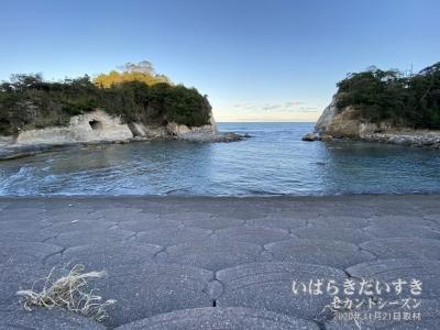 津波に強い構造。両側にせり出した岩(岬)は、3.11の津波被害を緩衝させました。
