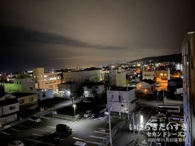 非常階段から日立、常陸多賀の夜景を望む。