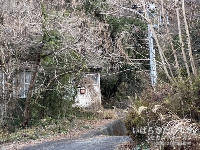 翌日改めて「滝見館横」登山口を確認したが、一般住居敷地にしか見えない!!!
