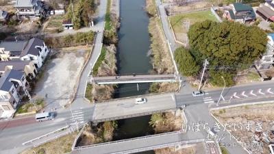 芝川に架かる八丁橋(赤山街道)。この位置に「八丁堤」があった。※写真は上が北。右手の森は水神社。