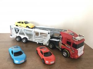 トレーラーとスポーツカー