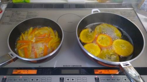 伊予柑を砂糖水で煮詰める