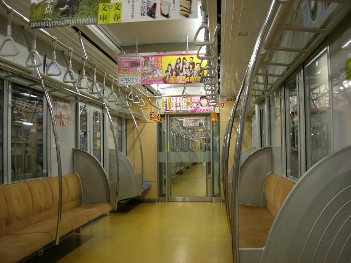 東京メトロ10000系の車内