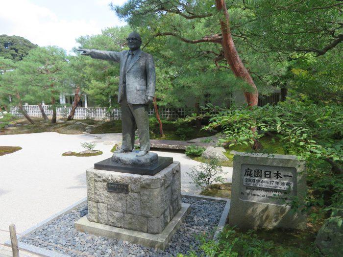 創立者・足立全康氏の像