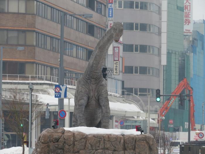 駅前広場の首長竜