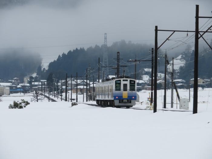 雪景色を走る えちぜん鉄道