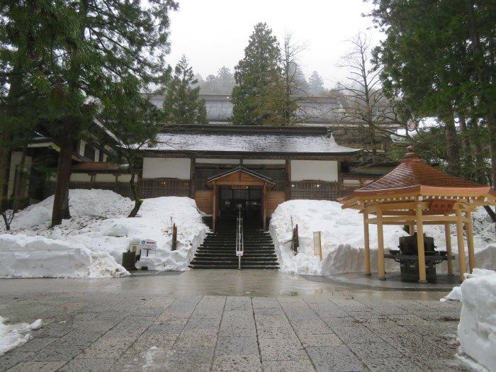 雪の中の山寺
