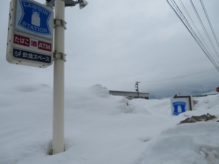 雪に埋もれたローソン