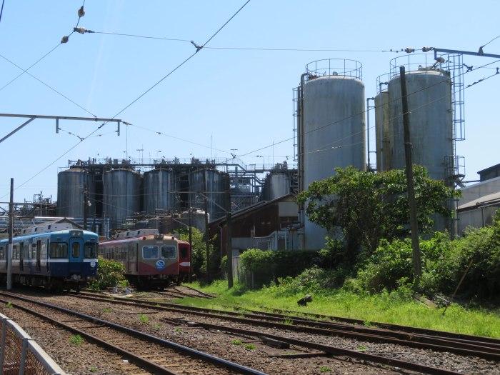 電車と醤油タンク