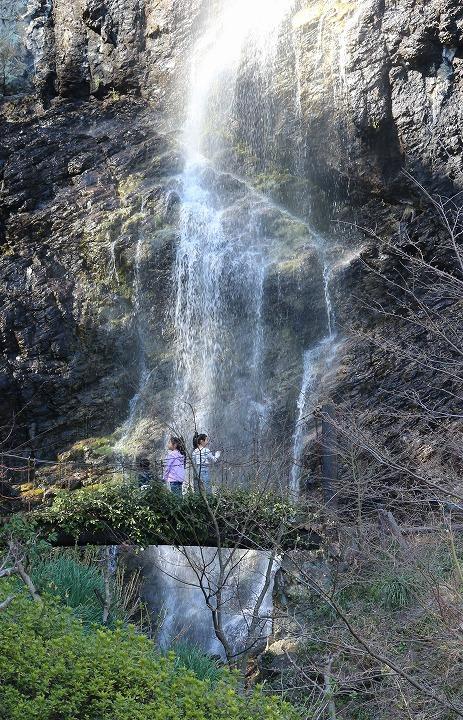 不動の滝 橋に子ども 2 3 23