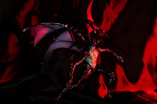 ツバキアキラが撮った、韮沢靖さんデザインのヴァリアブルアクションヒーローズ デビルマン Ver.Nirasawa2016。黒いサテンに赤いライトを当てて、地獄感が増した。