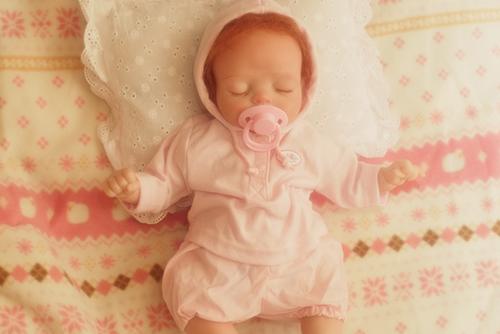 リボーンドールの遊芽(ゆめ)。スポーティーなパーカーをかぶって、寝んねしています。