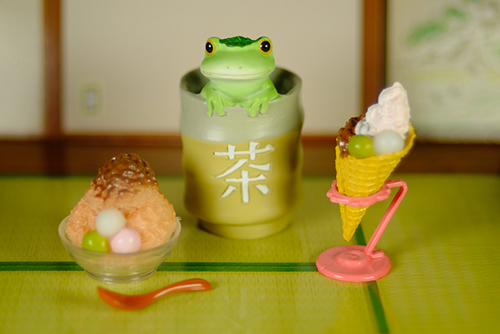 ツバキアキラが撮ったカエルのコポー。冷たい和スイーツに、暖かいお茶を勧めるコポタロウ。