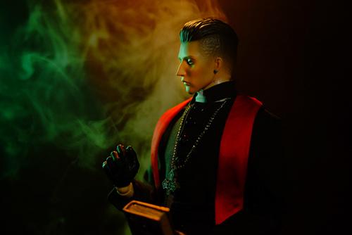 ツバキアキラが撮った、RingtoysのPriest K。十字架を首からさげ、聖書を持って貰って、スモーク撮影をしました。
