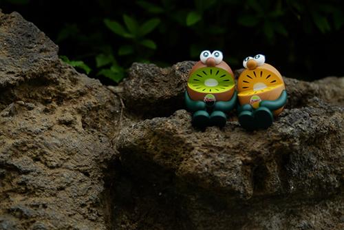 ツバキアキラが撮った、ゼスプリキウイブラザーズのフィギュア。ゴツゴツの岩場に座って、おケツがゴツゴツしているキウイブラザーズ。
