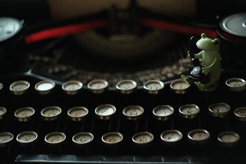 ツバキアキラが撮ったカエルのコポー。タイプライターの上で、電話をかけている、忙しいコポタロウ。